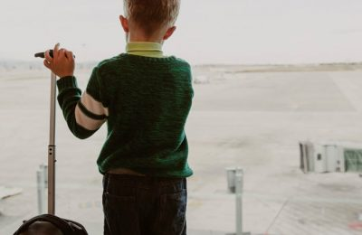 Mineur et voyage à l'étranger : quid de l'autorisation de sortie